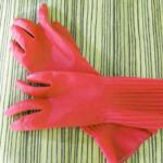 赤いゴム手袋の女